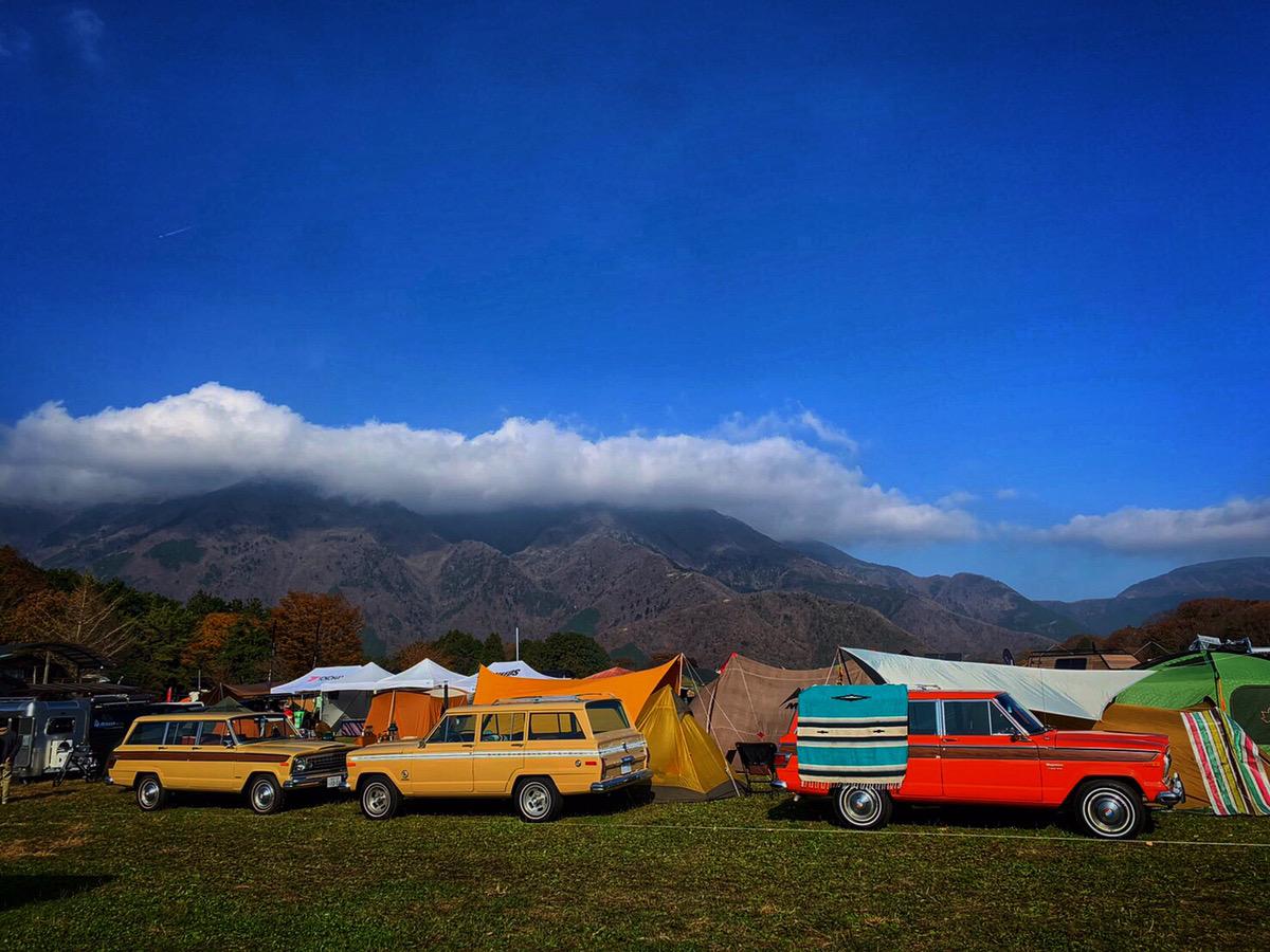 お気に入りの空間のまま、大切な人と好きな場所へ行ける「車」。  キャンプをはじめとするアウトドアレジャーに欠かせないギアであり、最大のファッションアイテムです。今回は「旅するMy Living」として「Jeep Wagoneer」で心地よい空間を演出いたします。